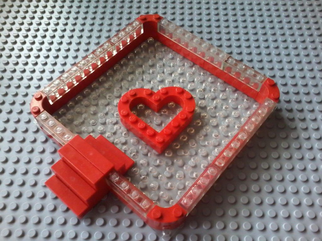 Lego swimming pool piscina - cuore heart - A trasparent base Plate with macaroni red bricks: that's a nice heart!